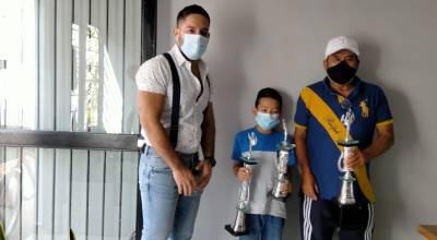 Entrega gobierno zamorano trofeos para Torneo Patrio