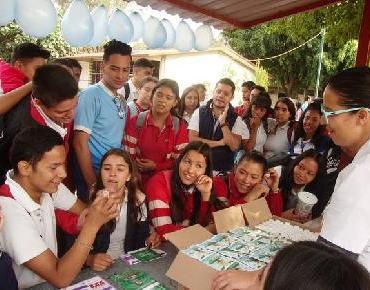 Interés de estudiantes en Feria de la Salud en Jacona