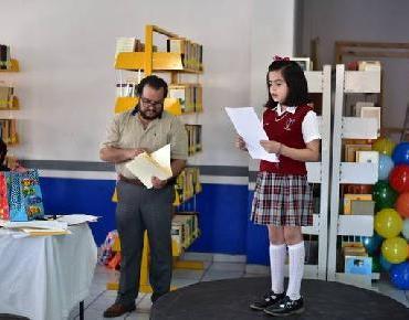 Estudiantes participan en concurso de lectura en voz alta