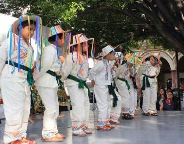 Exhibición de bailes regionales en plaza de Zamora