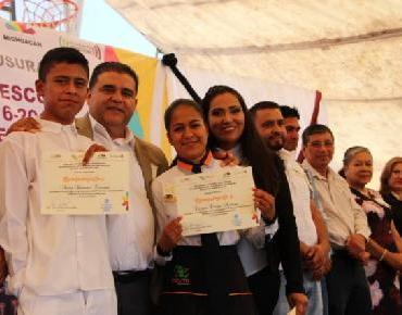 Tziritzícuaro se vistió de fiesta; 21 jóvenes concluyen estudios en CECyTEM