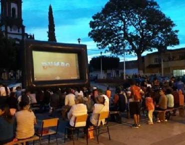Niños de Ario de Rayón asistieron a función de Cine Comunitario