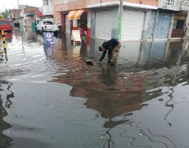 En Zamora Protección Civil atiende encharcamientos a causa de basura en las calles