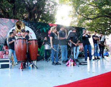 Disfrutan zamoranos eventos navideños municipales en plaza