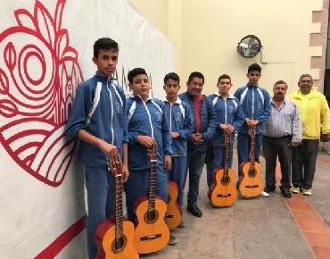 Entrega Dirección de Cultura guitarras a alumnos en Telesecundaria de Atecucario