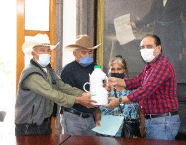 Entrega Martin Samaguey agroquímicos a agricultores
