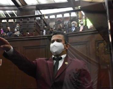 Restituyen diputación a Víctor Zurita, persona sorda