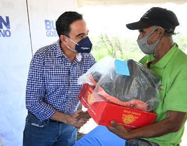 Entrega presidente Carlos Soto botas a trabajadores del Relleno Sanitario
