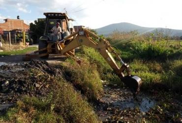 Desazolvan canal de riego en Yurécuaro